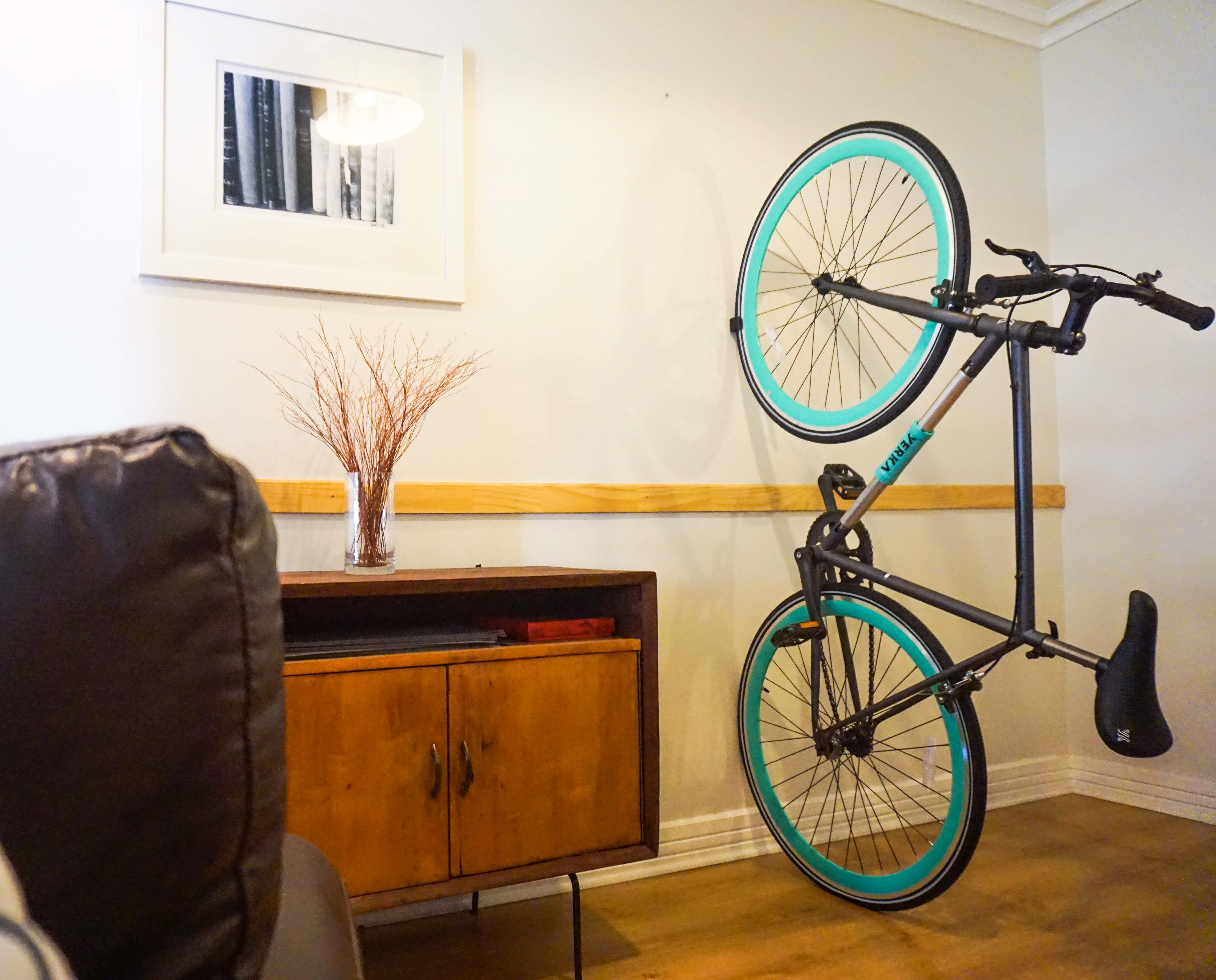 los diseadores de the knife and saw encontraron una solucin increble cuando hay poco espacio para ordenar todo en casa y crearon the bike shelf un uc